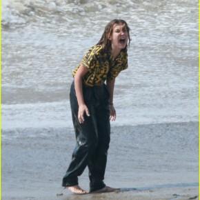 News | Millie Bobby Brown gira una scena drammatica in spiaggia per la terza stagione di 'StrangerThings'